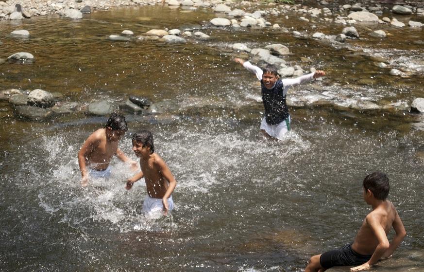 niños y agua