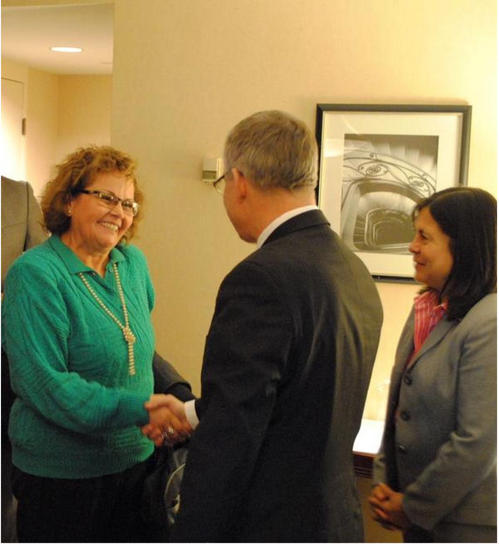 Ministra Ortiz comparte un caluroso saludo con Ed Fast, Ministro de Comercio Exterior Canadiense.